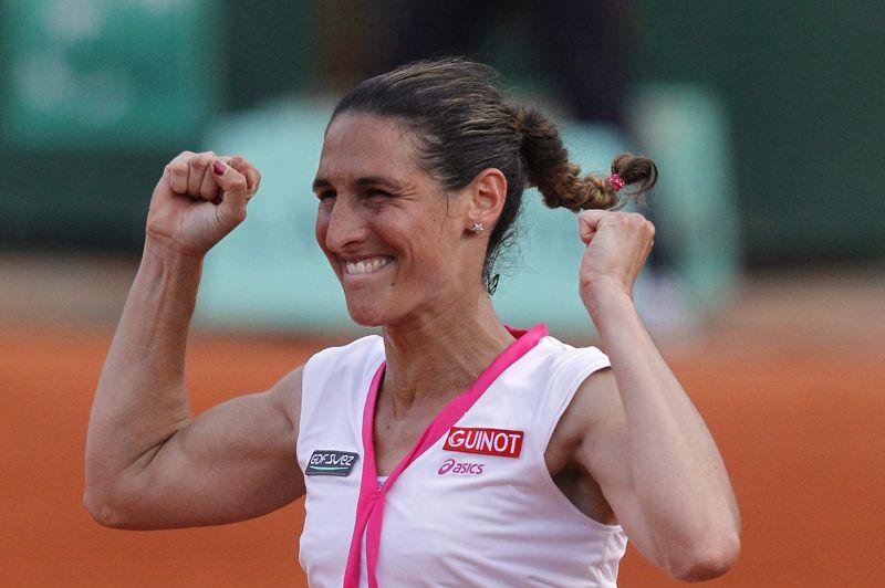 <strong>Bravissimo.</strong> Incroyable! Virginie Razzano l'a fait. Au bout du suspense, après 3 heures et 4 minutes de jeu et 8 balles de matches disputées corps et âme, la Française a défait mardi 29 mai dans la soirée le roc Serena Williams en trois sets (4-6, 7-6, 6-3). La victoire de la 111e joueuse mondiale est d'autant plus belle qu'il s'agit d'un véritable exploit. A 29 ans, celle qui n'avait pas été épargnée par le tirage au sort a su réaliser l'impossible. Avant elle, jamais personne n'était parvenu à écarter de la sorte l'Américaine, 5e joueuse mondiale, lors d'un premier tour de Grand Chelem, en 46 participations. Après un premier avertissement, l'arbitre, peu enclin à la compassion, a appliqué le règlement à la lettre et a pénalisé la Française à chaque «Aïe» lâché en jeu. On pensait Razzano perdue, proche de l'abandon. Mais l'adversité et les épreuves douloureuses, elle connaît. «Je me bats toujours, je n'ai pas toujours des bons moments, mais je continue à y croire», a-t-elle réagi devant un public qu'elle avait bouleversé par son courage il y a un an et qu'elle a fait chavirer de bonheur mardi. Inévitablement, on repense à Stéphane, son mari et entraineur, décédé l'an dernier à 32 ans des suites d'une longue maladie.