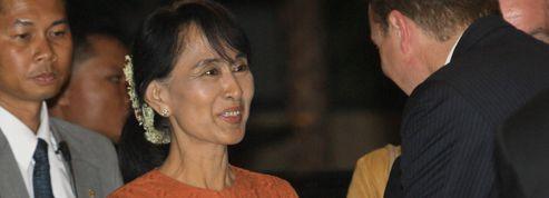 Suu Kyi sort de Birmanie pour la première fois en 24 ans