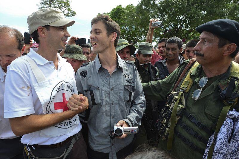 <strong>Libéré.</strong> Les Farc ont mis fin à sa captivité, comme promis. Le journaliste français Roméo Langlois a été libéré hier, un mois après avoir été enlevé par les Forces armées révolutionnaires colombiennes. Sa libération est intervenue à 13h30 (20h30 heure française), dans le village de San Isidro, dans le sud du pays. Arrivé en voiture avec plusieurs rebelles, il a été accueilli par les membres d'une délégation conduite par le Comité International de la Croix-Rouge. En bonne santé, il ne semblait pas souffrir de la blessure au bras gauche subie lors de son enlèvement. «À part le fait d'avoir été détenu durant un mois, tout le reste s'est bien passé. Je ne peux pas me plaindre», a déclaré le correspondant de France 24 peu après sa libération. Alors, à peine sortie de la jungle colombienne, il est apparu tout sourire, caméra au poing. Une image qui colle parfaitement à la personnalité de ce fin connaisseur du conflit armé en Colombie. Le journaliste avait été capturé le 28 avril dernier lors d'un reportage sur une opération anti-drogue de l'armée.