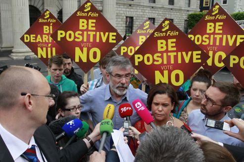 Gerry Adams, à la tête du parti d'opposition Sinn Féin, défend le non au référendum face à des journalistes, mardi 29 mai à Dublin.