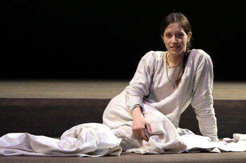 Sara Giraudeau apporte à son interprétation de Jeanne d'Arc la distance nécessaire à l'humour.