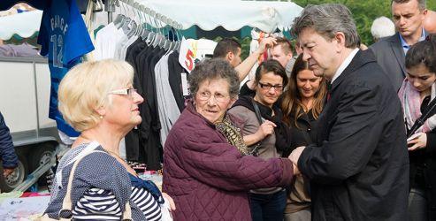 Le leader du Front de gauche au marché d'Hénin-Beaumont pour faire entendre raison aux électeurs.