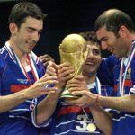 En remportant la Coupe du Monde en 1998, les Bleus avaient fait exploser leur cote d'amour auprès du public. Depuis, l'image du football français a pris du plomb dans l'aile.