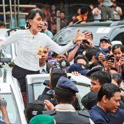 Aung San Suu Kyi rend visite au xréfugiés birmans