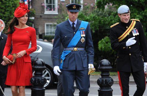 Le prince William accompagné de sa femme, Catherine, duchesse de Cambridge,<br/>et de son frère le prince Harry, s'apprête à embarquer sur le <i>Spirit of Chartwell,</i> dimanche à Londres.