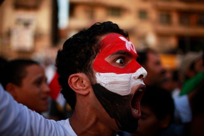 <strong>En colère.</strong> Les relents du printemps arabes? Les Égyptiens ont manifesté une nouvelle fois place Tahrir pour protester contre le verdict rendu par le tribunal à l'encontre d'Hosni Moubarak. L'ancien président a échappé à la peine capitale, et six autres hauts responsables de la sécurité jugés avec lui ont été acquittés faute de preuves, ce qui fait redouter aux manifestants une victoire de Moubarak en appel.