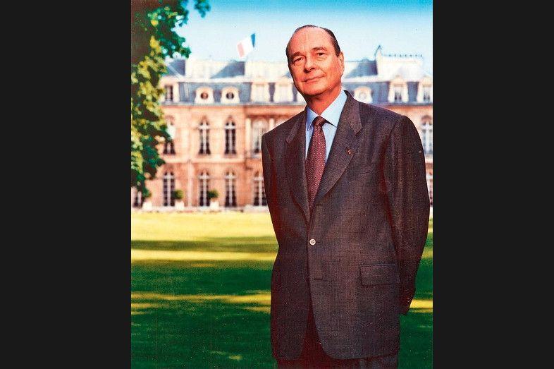 <strong>Jacques Chirac, nature -</strong> Avec Bettina Rheims, glamour, frondeuse et libertine, le président Chirac décide en 1995 d'être lui-même. Il sort donc au jardin - une première -, ôte ses larges lunettes carrées en écaille qui lui font un look marqué de grand entrepreneur. Opte pour le strict costume foncé comme Giscard et Mitterrand, mais porté sur une chemise bleu ciel comme le ciel de Paris, radieux derrière l'Élysée. Une certaine décontraction dans la pose, bras croisés derrière le dos, renvoie l'image d'un homme naturel (la Corrèze!), habitué à la confrontation publique ; sa haute stature, soulignée par une légère contre-plongée, celle d'un athlète que la rude tâche politique n'effraie pas.