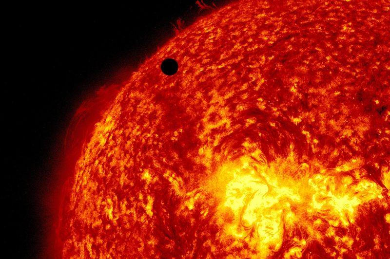 En choisissant des filtres à des longueurs d'ondes très précises, les télescopes peuvent observer Vénus en même temps que d'immenses éruptions solaires se détachant du disque sur plusieurs milliers de kilomètres de long.