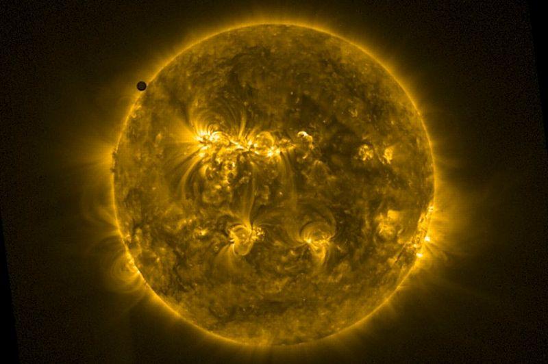 Le premier contact entre la planète Vénus et le bord du disque solaire a eu lieu à 12h12 à Tahiti, mais pouvait varier de plus ou moins 7 minutes selon la position de l'observateur sur Terre.