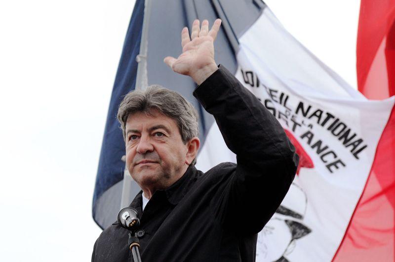 <strong>Battu.</strong> Il est venu, il a vu, il n'a pas vaincu. Jean-Luc Mélenchon, le leader du Front de gauche, a été largement devancé par Marine Le Pen dans la 11e circonscription du Pas-de-Calais au premier tour des législatives ce dimanche. Le candidat a annoncé sans attendre sa défaite à ses supporters rassemblés sur une place de marché à Hénin-Beaumont. Sous la pluie, l'homme à la cravate rouge avait le visage grave et a tué le suspens qui existait encore pour la deuxième place. «Je crains que vous ne soyez un peu déçus», a-t-il commencé dans un silence de plomb. Des sympathisants ont laissé éclater leur tristesse ou leur colère devant cette défaite au goût amer. Avec 21,5 %, il est devancé par le candidat du PS Philippe Kemel (23,5 %), et loin derrière Marine Le Pen (42,3 %). Mélenchon s'est surestimé une fois de trop.
