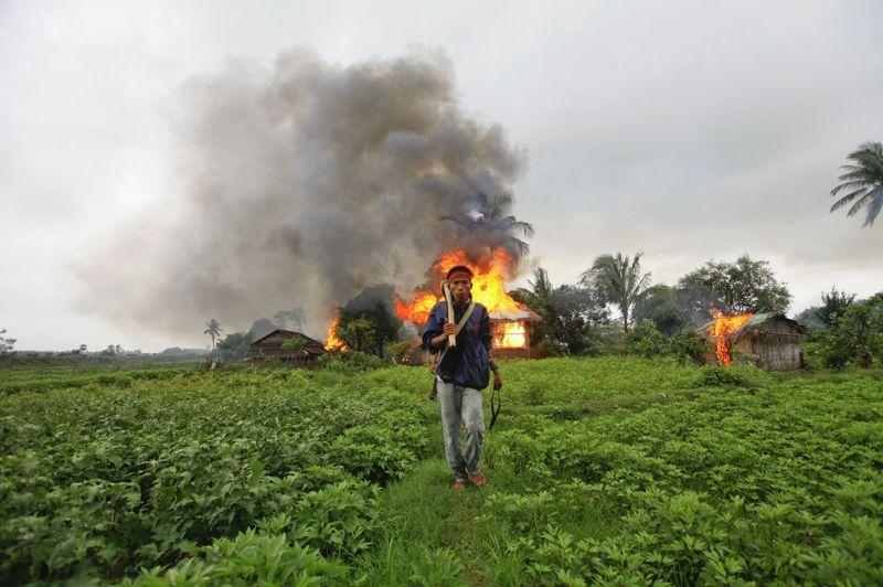 <strong>Tensions religieuses. </strong>L'Etat d'Arakan, dans l'ouest de la Birmanie, s'est réveillé ce lundi sous état d'urgence, après des violences meurtrières entre bouddhistes et musulmans. Les affrontements ont commencé vendredi dans la ville de Maungdaw avec pour origine, le viol et le meurtre d'une bouddhiste de l'ethnie Rakhine, imputés à des musulmans Rohingya. En représailles, dix musulmans ont été tués par une foule de bouddhistes. Les violences se sont ensuite étendues à la capitale régionale Sittwe et aux villages voisins. Dans les rues du centre-ville, où les restes calcinés d'habitations témoignaient des heurts des jours précédents, presque aucun homme ne se déplaçait sans arme blanche. Des camions militaires étaient déployés à l'aéroport et des forces de l'ordre étaient visibles autour des mosquées et des pagodes. Selon les autorités, au mois 7 personnes sont mortes, 17 autres ont été blessées et quelque 500 maisons ont été détruites.