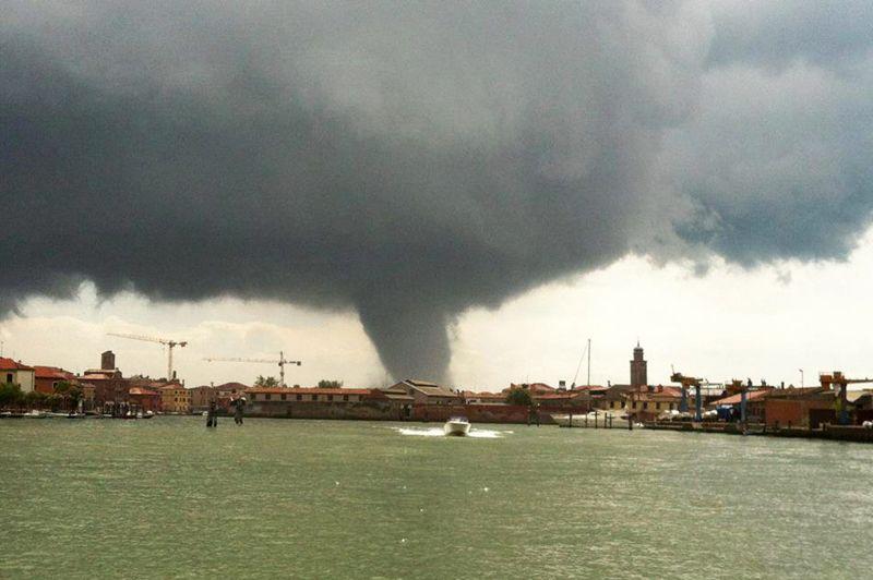 <strong>Impressionnante.</strong> C'est une image rarissime du lagon vénitien. Une violente tornade a soufflé sur des îles périphériques de Venise mardi matin, pendant laquelle une centaine d'arbres ainsi que des toitures ont été arrachées. Une personne a été légèrement blessée sur l'île Sainte-Hélène. Les habitants avaient été prévenus du danger par les pompiers, alors que la Cité des Doges craignait de revivre le scénario de la tornade du 11 septembre 1970 lors de laquelle 21 personnes avaient péri à bord d'un navire. Ce genre de phénomènes météorologiques n'est pas rare dans la vallée du Pô, mais a généralement lieu à l'automne, avec une moindre ampleur.