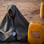 Un garçon attend sa mère à côté d'un bidon d'eau, dans le camp de réfugiés de Yida, dans l'état d'Unité, dans le Soudan du Sud, en avril 2012.