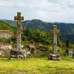 Le chemin serptente de plateaux en gorges boisées, de villages en églises.