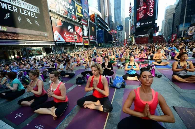 <strong>En plein air.</strong> Ils ont fêté l'été! A cette occasion, plusieurs milliers de New Yorkais ont tranquillement envahi Times Square mercredi, transformé en immense cours de yoga en plein air. Quelque 1500 matelas de yoga avaient été distribués gratuitement pour l'occasion, et les espaces piétons de la place la plus connue et la plus frénétique de New York s'est transformée en ashram éphémère. Toute la journée, des milliers de yogis, débutants et confirmés, ont consciencieusement sué sous la canicule, suivant les indications de professeurs retransmises par haut-parleur. Ceux qui ne voulaient pas se fatiguer pouvaient suivre l'événement annuel en direct, sur le site internet de Times Square.