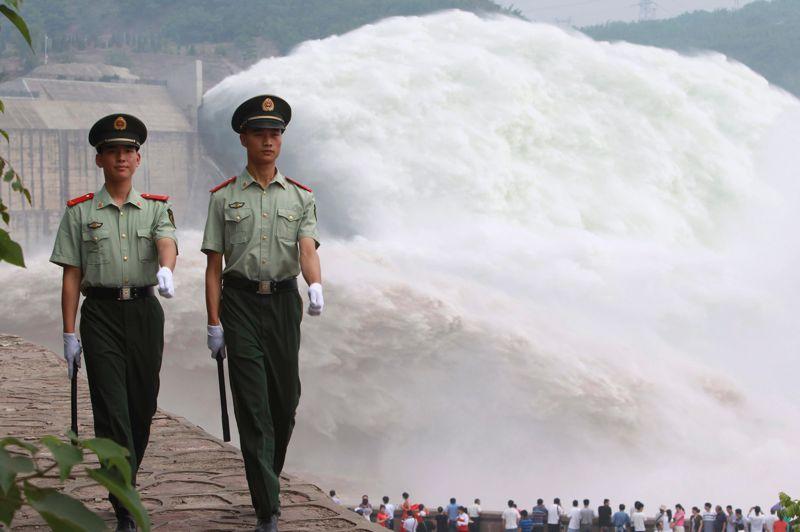 <strong>Spectaculaire!</strong> Les touristes ont dû rester bouche bée. Ce mercredi, les autorités ont procédé à l'évacuation des eaux du réservoir de Xiaolangdi à Jiyuan dans la Province du Henan en Chine. Le Centre du contrôle des inondations du fleuve Jaune a lancé cette opération qui devrait durer 20 jours afin d'alléger la teneur élevée en sable du fleuve. Cet événement est considéré comme la «chute d'eau» en sable la plus spectaculaire du monde, et devrait attirer un million de visiteurs chinois et étrangers.