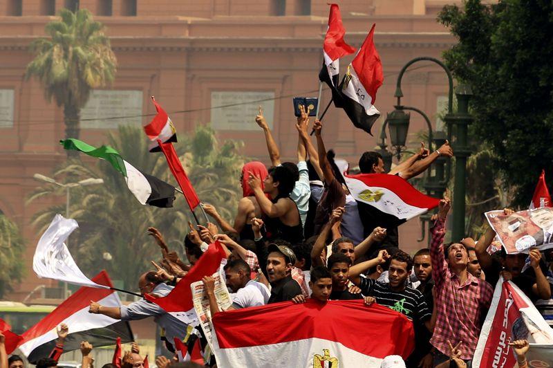 <strong>Élu pour rien?</strong> Les voilà de retour place Tahrir au Caire pour célébrer un succès encore fragile et incertain. Mohammed Morsi, le champion des Frères Musulmans, a proclamé sa victoire très tôt lundi matin. Une annonce aussitôt contestée par le camp rival. Les résultats officiels doivent être publiés jeudi 21 juin par la commission électorale. Alors, même si les islamistes agitent des drapeaux aux couleurs de l'Égypte ou du Prophète, ils sont inquiets et se préparent à une grande manifestation contre le «coup constitutionnel» des militaires, qui viennent de s'octroyer de vastes prérogatives leur permettant de rester aux commandes quelle que soit l'issue de l'élection présidentielle.