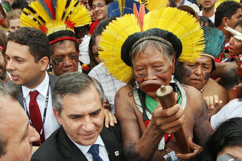 <strong>Emblématique.</strong> Arborant leurs coiffes en plumes colorées et leurs costumes traditionnels, des centaines d'autochtones de l'Amazonie sont arrivées à Rio mercredi, en marge de la Conférence de l'ONU sur le développement durable, pour protester contre la construction d'un immense barrage hydroélectrique en pleine forêt tropicale. Parmi eux, Raoni Metuktire, l'emblématique chef des Kayapos, un des peuples originel du Brésil. Le chef indien, qui fut l'une des vedettes du Sommet de la Terre de Rio en 1992, n'a pas pu rencontrer comme prévu François Hollande. Il s'est malheureusement retrouvé coincé dans les bouchons!