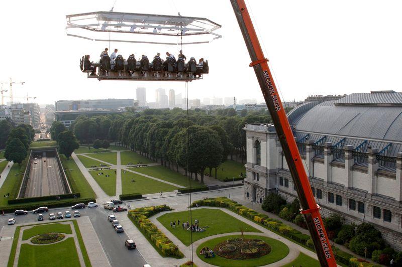 <strong>Dans les airs.</strong> L'essentiel est de ne pas avoir le vertige. A Bruxelles ce mercredi, on pouvait diner dans le ciel. Le concept est décliné dans plusieurs villes du monde: tout se passe à 50 mètres du sol. On se laisse embarquer… 22 invités assis, 5 employés au centre de la plateforme pour une superficie de 500 mètres carrés. Les pieds dans le vide, on déguste des plats réalisés par les plus grands chefs. Pas mal non? Un bémol bien sûr: son prix. La location de la grue coûte 8000 euros, excluant les frais et le prix du repas!