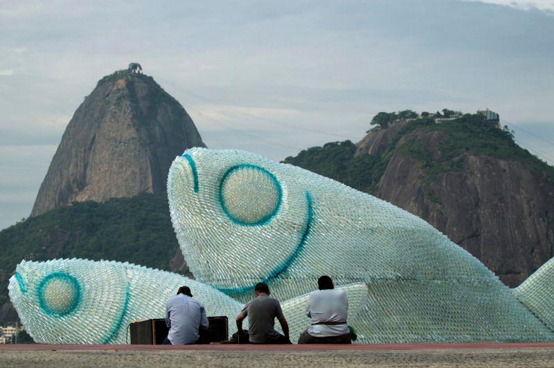 <strong>L'art en bouteille.</strong> De gigantesques poissons faits de bouteilles de plastique sont exposés sur la plage de Botafogo, à Rio, une façon de dénoncer le gaspillage de ressources. Au Brésil, le Sommet de la Terre de Rio sur le développement durable, s'est officiellement ouvert ce mercredi 20 juin sous l'égide de l'ONU. Une centaine de chefs d'État et de gouvernements y participait, et notamment une importante représentation africaine. Un texte commun devrait être soumis à l'approbation des chefs d'État à partir de mercredi.