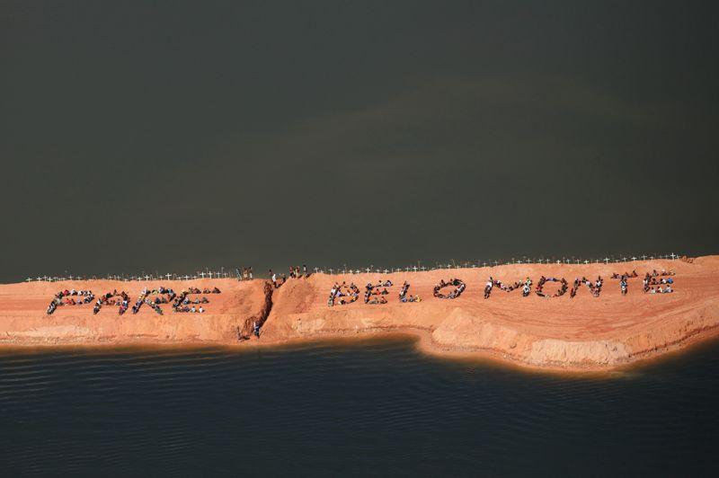 <strong>Occupé.</strong> En pleine conférence de l'ONU sur le développement durable à Rio, 300 membres des communautés amazoniennes ont occupé le chantier du barrage de Belo Monte, un ouvrage géant au cœur de la forêt. L'objectif des manifestants, qui ont utilisé leur corps pour écrire le message «Pare Belo Monte» (Arrêtez Belo Monte) est de dénoncer une fois de plus «les crimes sociaux et environnementaux occasionnés par la construction de ces grands projets hydroélectriques en Amazonie». Belo Monte est le premier d'une dizaine de barrages que le gouvernement brésilien veut construire dans la région pour assurer l'approvisionnement énergétique dont la sixième économie du monde a besoin pour croître.