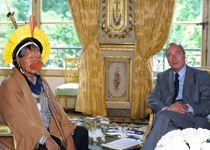 Le chef Raoni dans les salons de l'Élysée avec Jacques Chirac, en 2001.