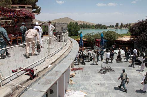 les forces de sécurité afghanes occupent l'hôtel de luxe Spozhmai, près de Kaboul, après l'attaque des talibans jeudi soir.