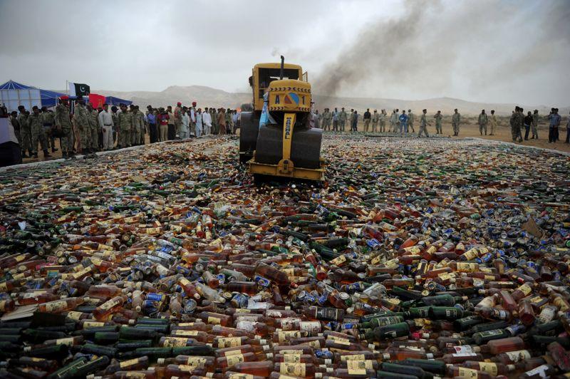 <strong>Efficace.</strong> Un officiel pakistanais utilise un rouleau compresseur pour détruire des centaines de bouteilles d'alcool confisquées mardi 26 juin dans la banlieue de Karachi. Des médias, des policiers et des passants observent cette manifestation, à l'occasion de la Journée internationale de lutte contre l'abus et le trafic de drogues. L'Organisation mondiale de la santé vient d'annoncer la mise en place d'une nouvelle base de données sur les ressources allouées à la prévention et au traitement des problèmes de consommation de drogues et d'alcool dans 147 pays. Une mesure indispensable quand on sait que la plupart des toxicomanes ne reçoivent ni traitement ni soins efficaces.