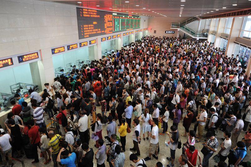 <strong>Cherchez Charlie.</strong> Ils n'ont qu'un seul but: pouvoir acheter leur billet de train pour les vacances. Alors, comme chaque année, malgré des heures d'attente et des mouvements de foule, des milliers de Chinois patientent pour acheter ce précieux ticket, comme ici à la gare de Hefei, dans le centre de la province de l'Anhui en Chine. Certains installent même leur campement!