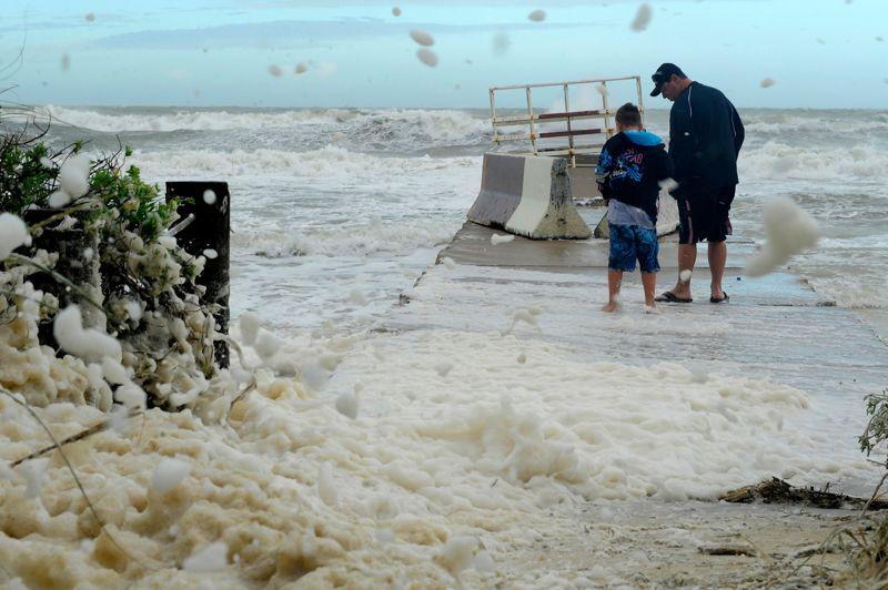 <strong>Avis de tempête. </strong>Ils sont probablement amateurs de sensations fortes. Alors que père et fils regardent les fortes vagues s'abattre lundi sur Bradenton Beach, la tempête tropicale Debby continue de déverser des pluies diluviennes sur certaines parties de la Floride, où l'on craint des inondations et de nouvelles tornades. Le gouverneur de l'État, Rick Scott, a décrété l'état d'urgence et un avis de tempête a été maintenu sur une bonne partie de la côte américaine du Golfe du Mexique. «Du fait du large impact de la tempête tropicale Debby, presque chaque comté de Floride pourrait être touché», a indiqué le gouverneur en annonçant l'état d'urgence.