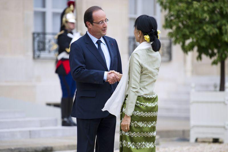 L'étape française du voyage de la «Dame de Rangoun» a commencé par l'Élysée, où elle a été reçue par François Hollande avec les honneurs habituellement réservés aux chefs d'État.