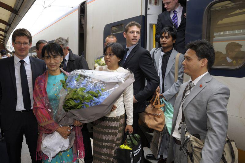 Aung San Suu Kyi est arrivée mardi en début d'après-midi gare du Nord à Paris, en provenance de Londres. Elle a été reçue à sa descente de TGV par le ministre délégué au Développement, Pascal Canfin (<i>à gauche</i>).