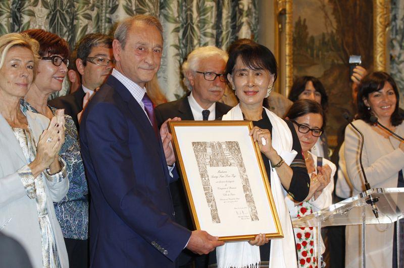 Mercredi, après un entretien privé avec le maire de Paris, Bertrand Delanoë, et une rencontre avec la communauté birmane de Paris, la lauréate du prix Nobel a reçu son diplôme de Citoyenne d'honneur de la Ville de Paris.