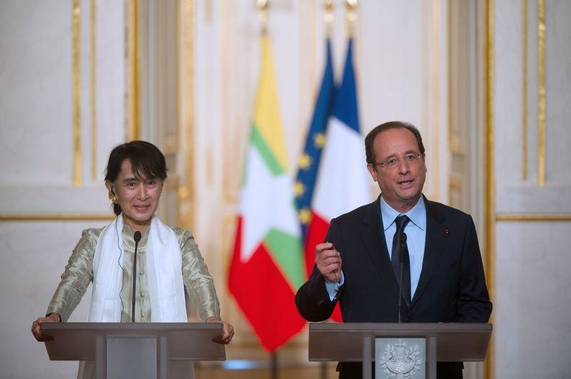 Au cours d'une conférence de presse commune, François Hollande a assuré que la France soutiendrait «tous les acteurs» de la transition démocratique en Birmanie. Ils ont ensuite eu un dîner avec plusieurs invités, dont les prix Nobel Françoise Barré-Sinoussi et Gao Xingjian , le nouveau président de l'Assemblée nationale, Claude Bartolone, et plusieurs ministres.