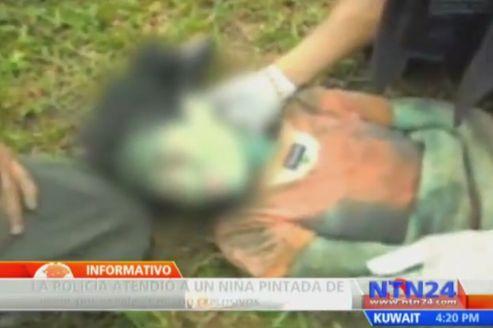 Cette jeune fille de 14 ans, épuisée, a été retrouvée par les policiers (capture d'écran de la télévision colombienne).