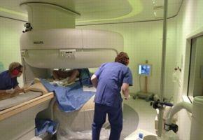Un dispositif spécial: l'IRM ouvert. Crédit: <i>Bamberg. Am J Obstet Gynecol 2012</i>