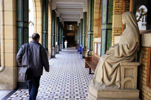 L'Institut catholique à Paris. Les écoles et les universités privées sont organisées en associations. Ainsi elles représentent un cinquième des enfants scolarisés.