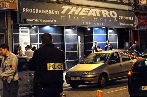 Le Theatro est situé dans un secteur de Lille comprenant de nombreux établissements de nuit fréquentés par les étudiants de la ville.