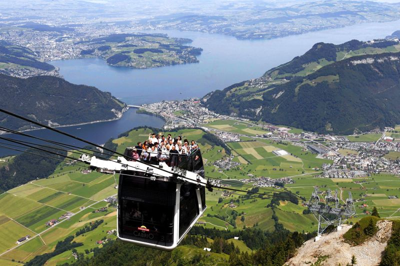 <strong>MONTE LÀ-DESSUS...</strong> et tu verras Lucerne. Récemment mis en service sur l'un des flancs du mont Stanserhorn, au centre de la Suisse, ce téléphérique à deux étages est une première technologique. Son toit panoramique ouvert, capable d'accueillir la moitié de ses 60 passagers, oblige en effet à le tracter de façon latérale et non plus ous le câble; de quoi accroître encore la sensation de vertige que l'on éprouve déjà facilement dans ce genre d'engin. Mais, si cela vous dit quand même, sachez que, par temps clair, l'emprunter pour six minutes de grimpette vous permettra de voir 10 lacs, 3 pays, la ville de Lucerne et 100 kilomètres de sommets alpins. Le tout pour un prix -assez estomaquant, lui aussi- de 68 francs suisses, soit 56,44 euros.
