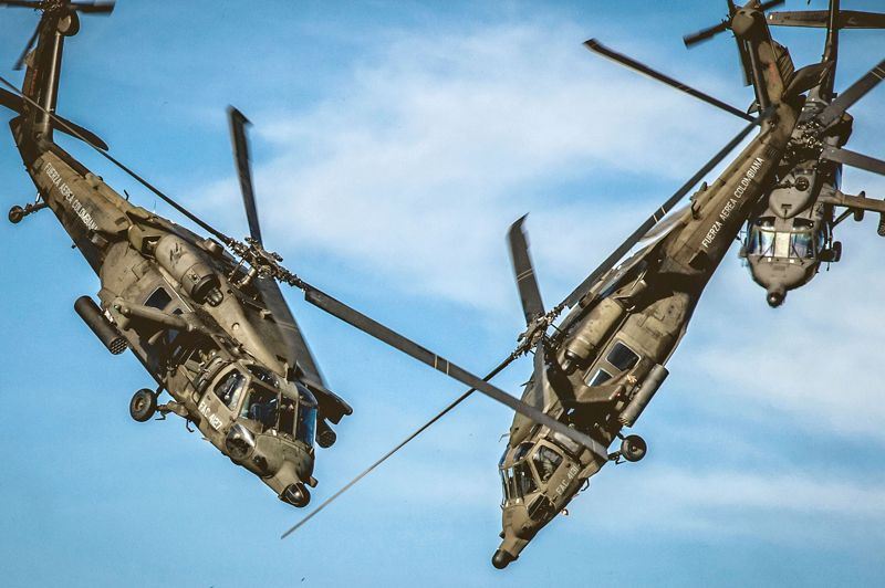 <strong>PIQUÉS.</strong> Eh non, il ne s'agit pas d'une illusion d'optique: ces deux hélicoptèresBlackHawk (faucon noir) de l'armée de l'air colombiennes ont bel et bien en train d'entrecroiser leurs hélices lors d'un exercice de voltige si terrifiant que la plupart des spectateurs n'ont même pas osé le regarder. D'après le photographe qui, lui, n'a pas fermé les yeux, leurs rotors se sont frôlés à moins d'un mètre. Une performance qui pourrait paraître un peu gratuite au regard des risques que ces pilotes sont déjà obligés de prendre en temps normal, mais justement: quand on est payé pour se poser n'importe où dans la jungle colombienne en esquivant les tirs des trafiquants et des guérilleros, il faut sans doute aumoins ça pour obtenir une dose d'adrénaline.