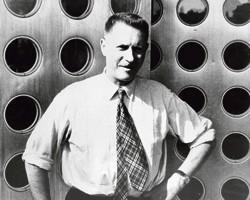 Jean Prouvé devant sa maison à pans modulables, vers 1955, à Nancy.