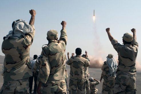 Des soldats iraniens fêtent le lancement d'un missile lors de manœuvres militaires, hier, dans le désert Dacht-e Kavir.