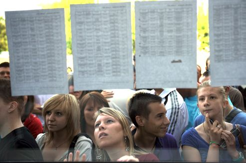 Des candidats découvrent les résultats du bac, à Béthune en juillet 2011.
