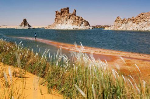 Après plusieurs jours de navigation dans le désert, les lacs d'Ounianga surgissent, majestueuses oasis.