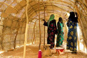 Femmes toubous dans une hutte traditionnelle.