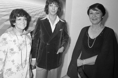 Denise René , pimpante Parisienne, lors d'un vernissage avec Yvaral et la reine Farida. (1976)