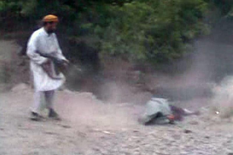 <strong>Mort en direct.</strong> Une vidéo montrant l'exécution par balles, par les talibans, d'une femme soupçonnée d'adultère dans un village, à une centaine de kilomètres de Kaboul, relance la polémique sur les avancées de la condition féminine en Afghanistan. Les images, diffusées sur internet, sont évidemment horribles: dans un petit village de la province de Parwan, plusieurs dizaines d'hommes, assis par terre ou regroupés sur des toits de maisons à flanc de montagne, fixent la silhouette d'une femme recouverte d'un voile grisâtre, qui leur tourne le dos. L'accusée, assise sur ses talons, écoute la sentence, ou plutôt son arrêt de mort, sans bouger ni chercher à s'enfuir. Tout juste se permet-elle de tourner fugitivement la tête en début de séquence. Les autorités afghanes ont lancé une chasse à l'homme pour retrouver les coupables de cette exécution sommaire.
