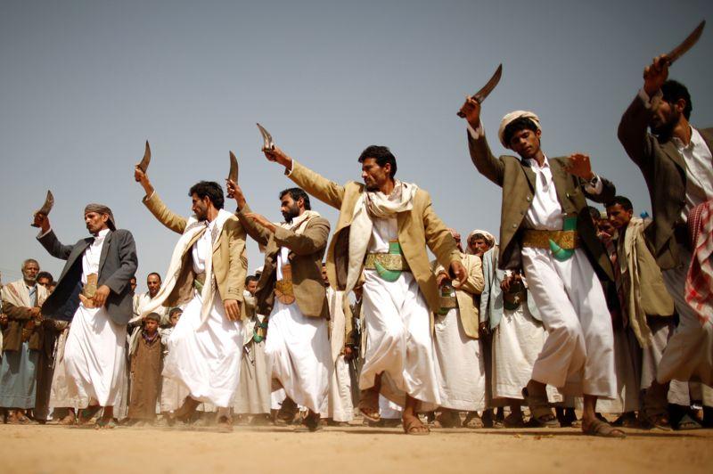 <strong>À couteaux tirés. </strong>Poignard en main, ces manifestants yéménites proches de la rébellion chiite, dansent en marge d'un rassemblement dans la province de Saada pour dénoncer la présence américaine dans le pays. Par ailleurs, huit jeunes Yéménites ont été tués et vingt autres blessés dans un attentat suicide, mercredi, à la sortie de l'académie de police à Sanaa, a annoncé la Haute commission de sécurité, qui a accusé al-Qaida. Les autorités pourchassent sans relâche les insurgés de l'organisation terroriste, qui ont été chassés à la mi-juin de leurs principaux bastions dans la province d'Abyane (sud) au terme d'une offensive menée pendant un mois par l'armée. Al-Qaida avait notamment profité de l'affaiblissement du pouvoir central à la faveur de l'insurrection populaire contre l'ancien président Ali Abdallah Saleh en 2011 pour renforcer son emprise dans l'est et le sud du Yémen.<strong></strong>