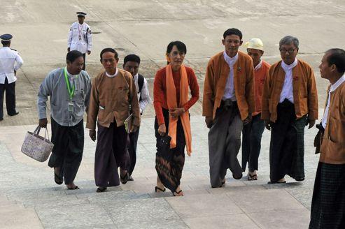 Aung San Suu Kyi lundi à son arrivée à la Chambre basse du Parlement où elle a siégé lundi pour la première fois comme députée.