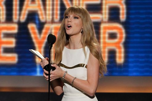 Taylor Swift recevant une récompense à la 47e cérémonie de l'Academy of country music Award. (Steve Marcus /Reuters )